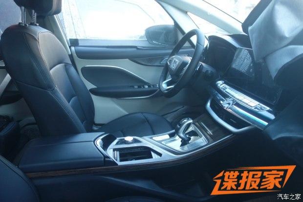 内饰方面,新车整体看上去比较的简洁,但又不缺乏质感.